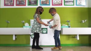 Imagen de campaña Bichos fuera: echando jabón